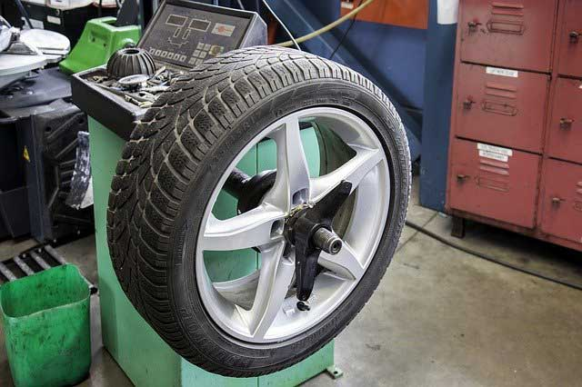 Car tyre removal machine